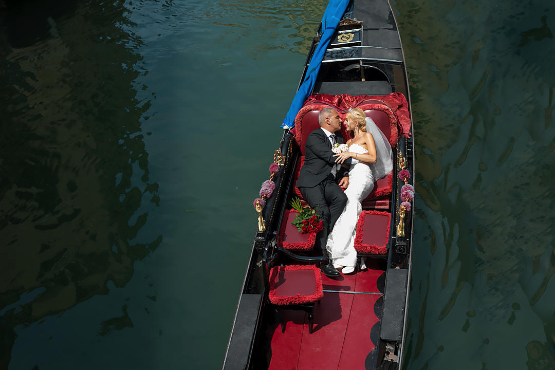newlyweds-in-gondola-venice