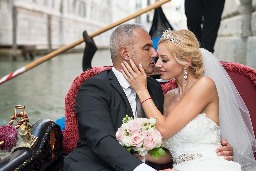 official wedding in venice gondola raid